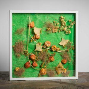 Giardino incantato - materiale: ginko biloba, alchechengi, luppolo, paglia colorata, stoffa plastificata - 50x50 cm