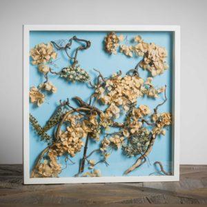 C2 Giochi di Ortensia Collezione privata- materiali: ortensie, rami di salice contorto, filo di rame, fiori di fitolacca - 50x50 cm