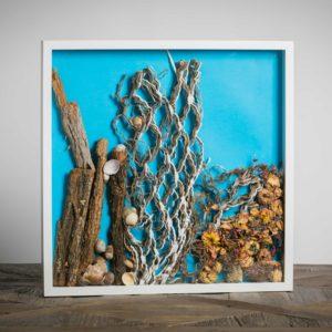 Onde - materiali: cartoncino da imballaggio, conchiglie, cortecce, roselline, fiori misti, cartoncino colorato - 50x50 cm