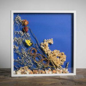 Gli innamorati - materiali: 2 rose intere, corda di iuta, conchiglie, velo da sposa, farfalla plastificata, violaciocche - 50x50 cm