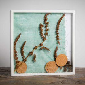 Senza titolo - materiali: sottobicchieri di sugher, flora spontanea, tessuto di iuta, frutti di liquidambar - 50x50 cm