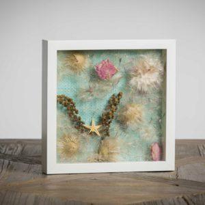 Autoritratto (collezione privata)- materiali: fiori di fitolacca, flora spontanea, stelle di mare, rose - 25x25 cm