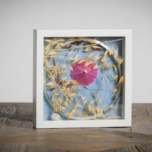 Ombrellino al vento - materiali: flora spontanea, ombrellino di carta, chiusura di latta di pittura in metallo, guscio di lumaca - 25x25 cm