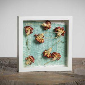 I Danzatori- materiali: Garofani, stoffa di iuta - 25x25 cm