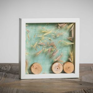 Danzando nell'aria - materiali: rondelle di legno, flora spontanea, tessuto di iuta - 25x25 cm